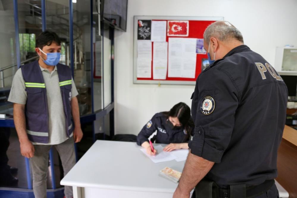 temizlik-yaparken-10-bin-lira-bulan-meram-belediyesi-personeli-solugu-orada-aldi-003.jpg